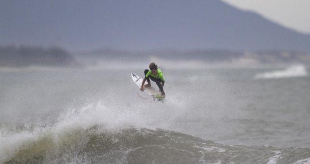 Lucas Vicente com o surf no pé