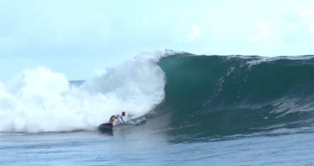 Kauli Seadi surfa altas ondas de Sup no Taiti