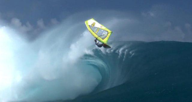 Kauli Seadi encara Teahupoo de Windsurf