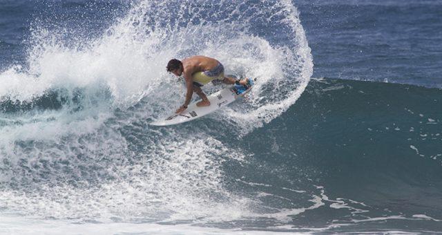 Marco Giorgi e Yuri Gonçalves nas ondas de casa