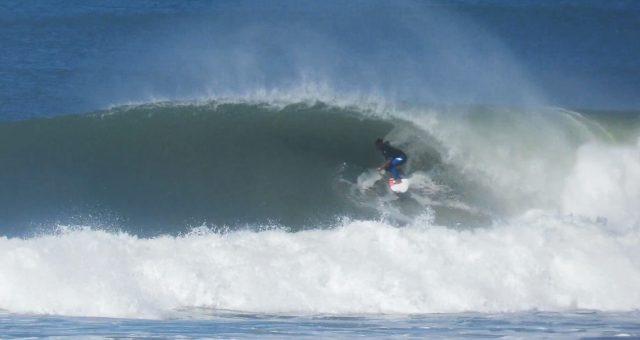 Mike Rodrigues em altas ondas no Brasil