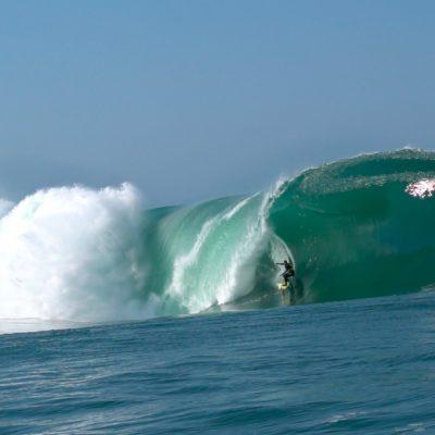 Carlos Burle surfa altas na Laje da Manitiba