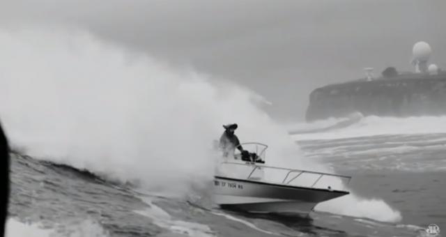 Barco de Carlos Burle vira nas ondas gigantes de Mavericks